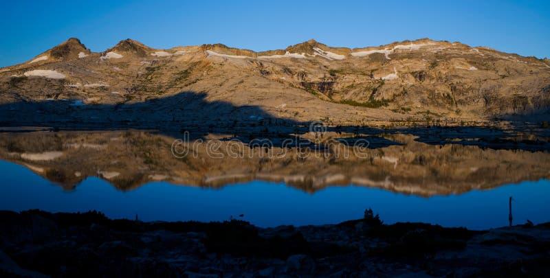 湖喂全景反射 图库摄影