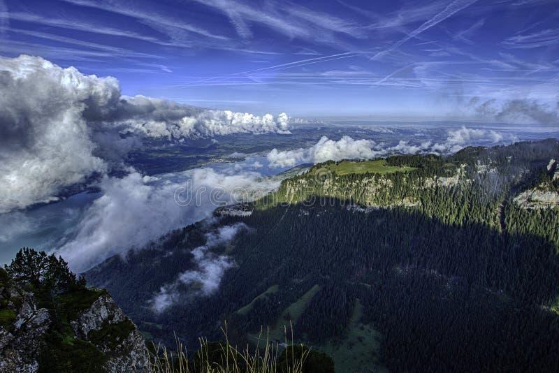 湖图恩和Bernese阿尔卑斯GView包括从Niederhorn的顶端少女峰、艾格峰和Monch峰顶在夏天,瑞士 免版税库存照片