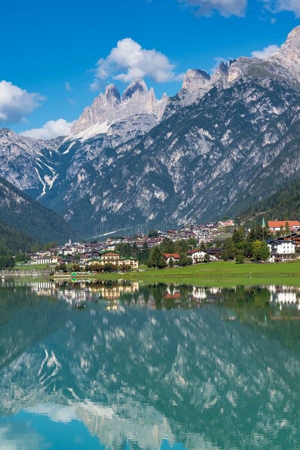 湖圣诞老人Caterina或贝卢诺,意大利省的Auronzo湖  免版税图库摄影
