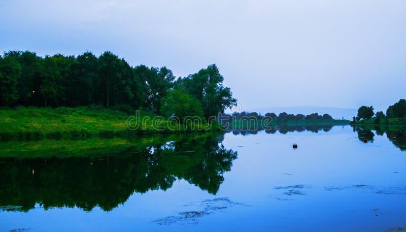 湖在一个美好的平安的地方 晚上矿石 免版税库存照片