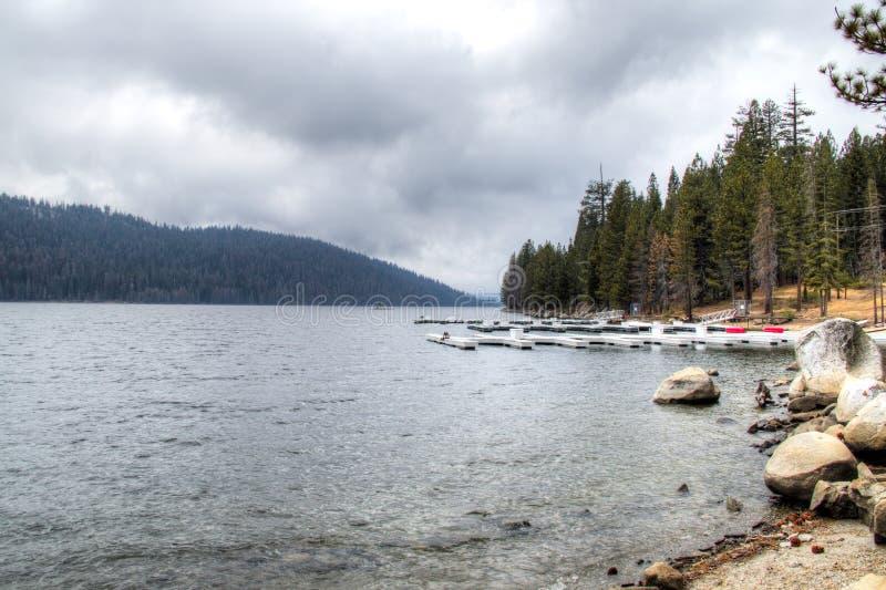湖在内华达山脉 免版税库存照片