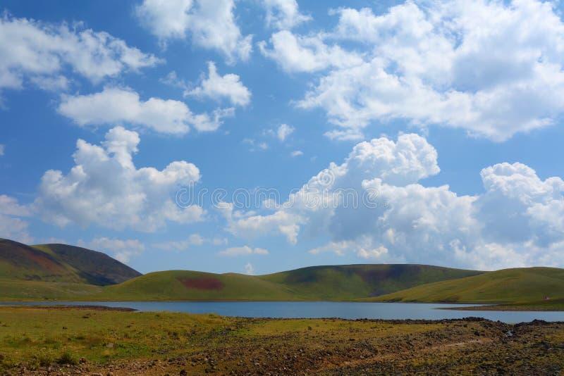 湖在带领从Azhdahak火山的一条供徒步旅行的小道的Geghama山围拢的Akna在亚美尼亚 免版税库存图片