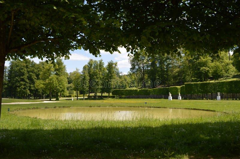 湖在有树的泥灰质的庄园公园,Louveciennes 免版税库存照片