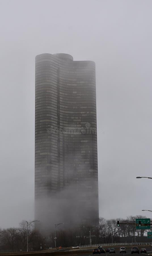 湖在雾的点塔 库存图片