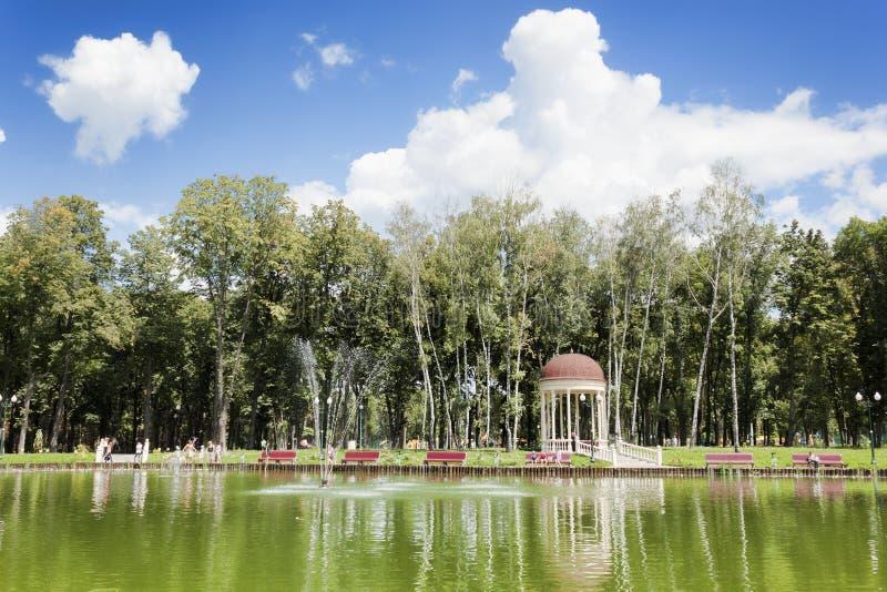 湖在高尔基公园在哈尔科夫,那里总是很多访客 库存照片