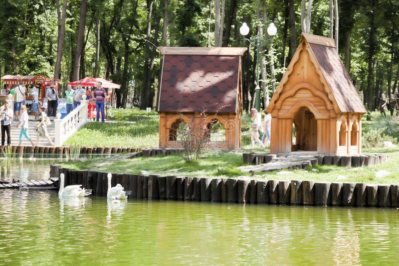 湖在高尔基公园在哈尔科夫,那里总是很多访客 免版税库存图片