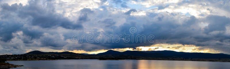 湖在阴云密布的Jindabyne日落,多云天 库存图片