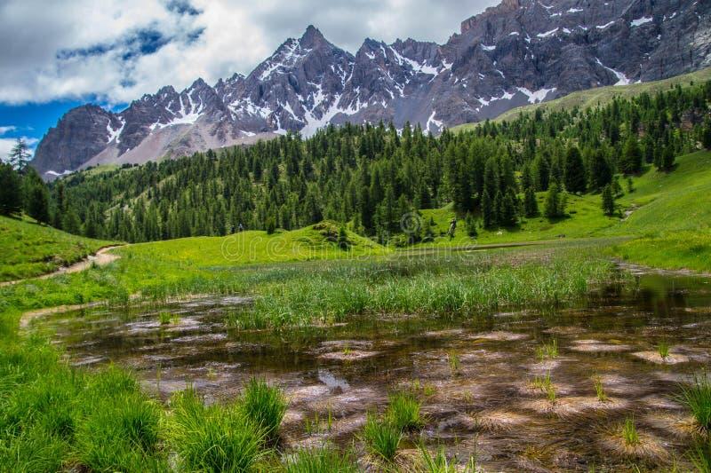 湖在queyras的miroir ceillac在hautes alpes在法国 库存照片