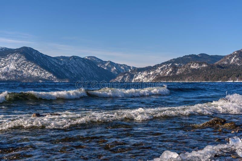 湖地形波冰冬天天蓝色 免版税图库摄影