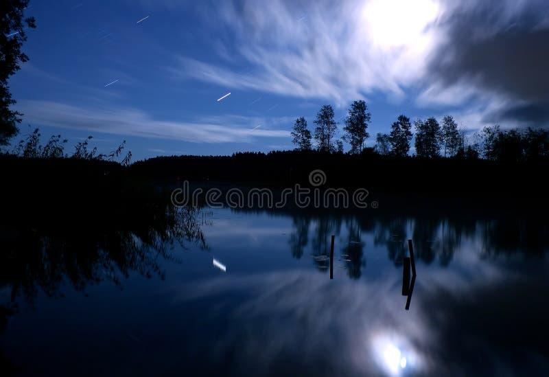 湖夜恒星云月亮 免版税图库摄影