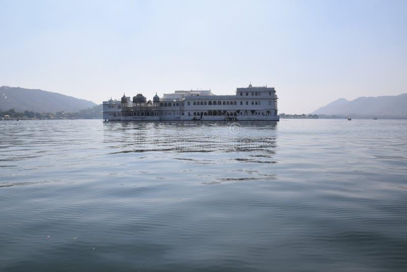 湖宫殿看法湖的Pichola在乌代浦,拉贾斯坦,印度 免版税图库摄影
