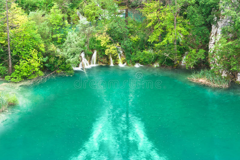湖小的绿松石瀑布 免版税库存图片