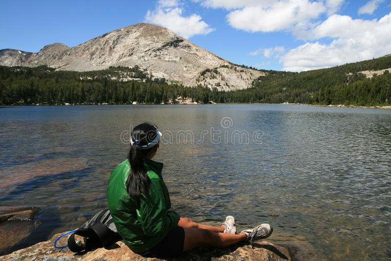 湖岩石妇女 库存照片