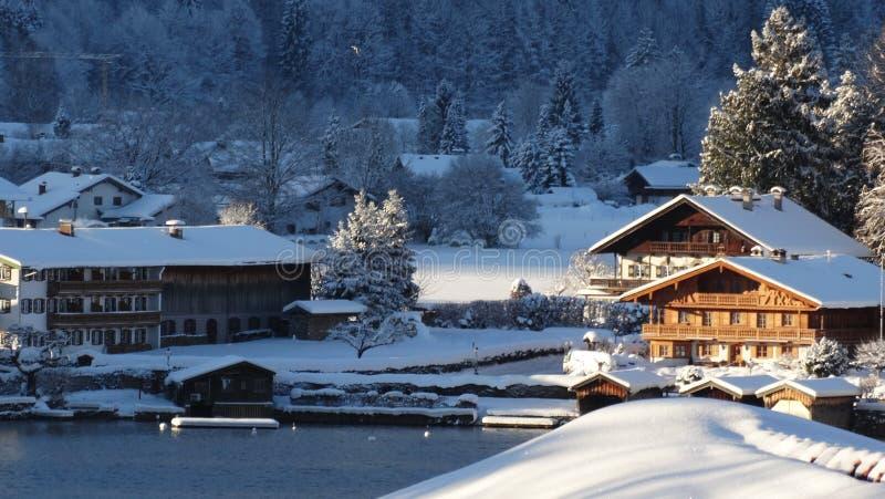 湖岸冬季房屋
