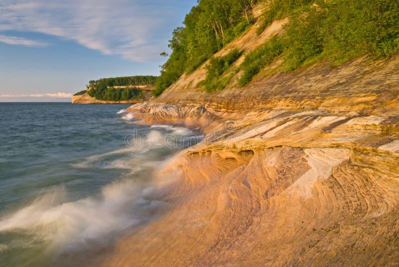 湖岸国家被生动描述的岩石海岸线 库存照片