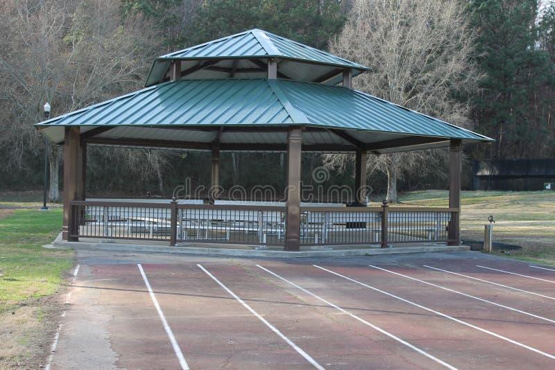 湖岸狗公园野餐绿色小的房子 免版税库存照片
