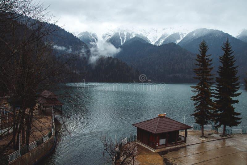 湖岸的舒适房子在阿布哈兹山 库存照片