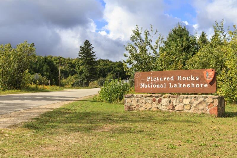 湖岸被生动描述的岩石国民入口 库存图片