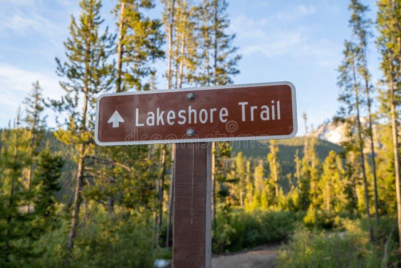 湖岸足迹的,在Stanley湖附近的一条远足的道路标志在锯齿山的爱达荷 库存图片