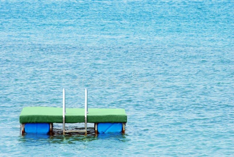 湖平台游泳 免版税库存照片