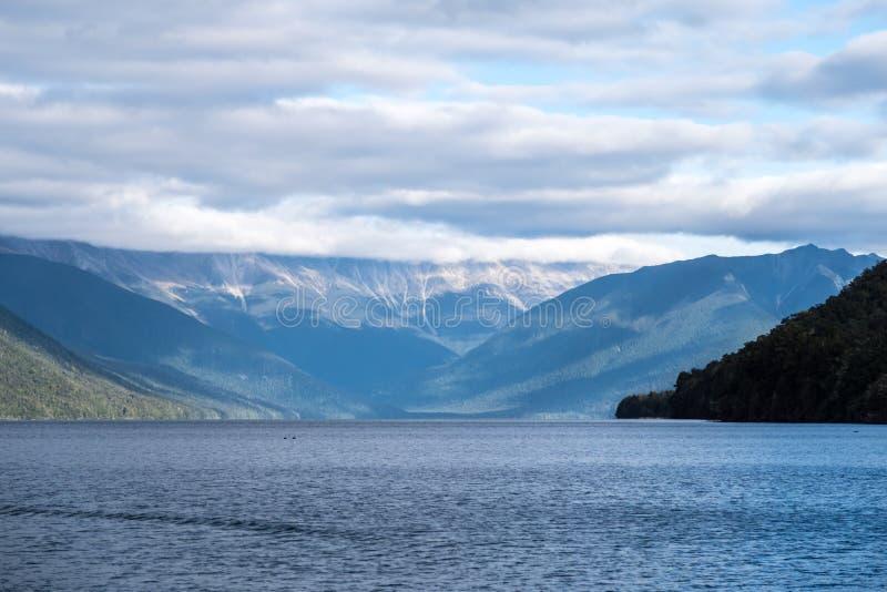 湖平静,平安的风景和山 免版税库存照片