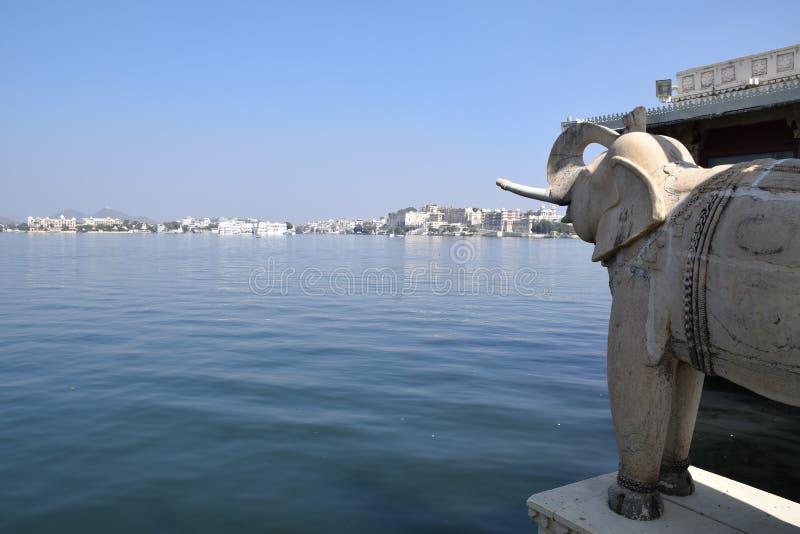 湖庭院宫殿在乌代浦,拉贾斯坦,印度也叫在湖Pichola的尖齿Mandir 免版税库存图片