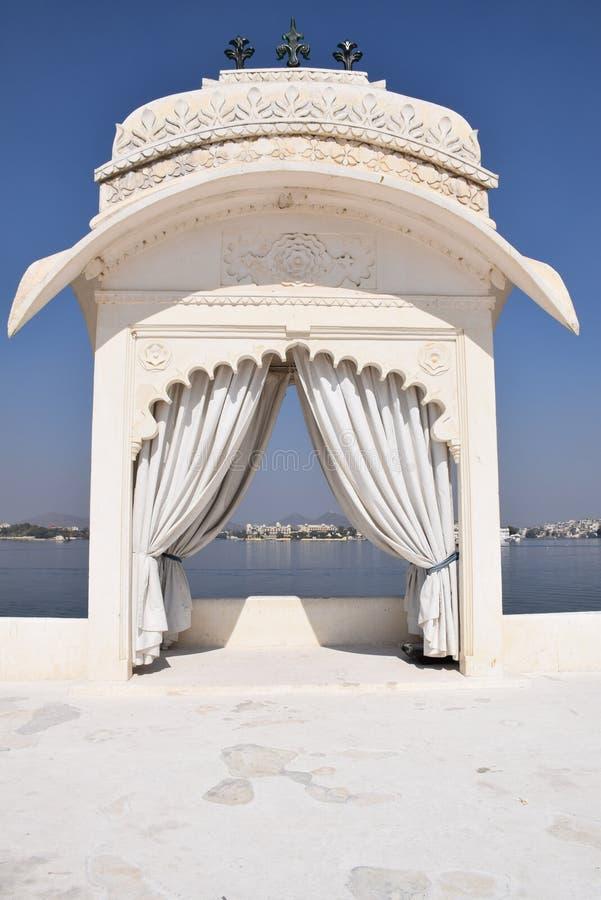 湖庭院宫殿在乌代浦,拉贾斯坦,印度也叫在湖Pichola的尖齿Mandir 免版税库存照片