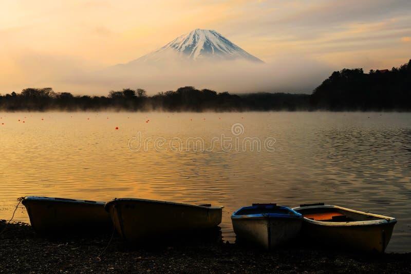 从湖扯窗的富士山在黎明 库存图片