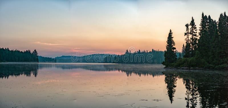 湖日出在Parc de la摩丽丝区魁北克全景 免版税库存照片