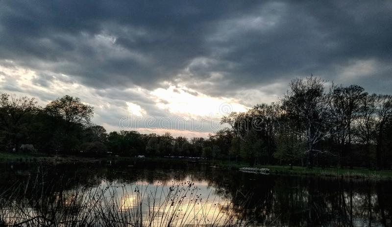湖日落 库存图片