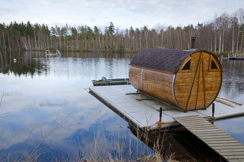 湖桥梁的蒸汽浴房子 库存图片