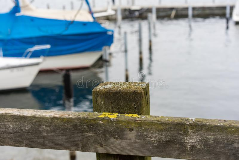 湖港口场面用小船和水 库存照片