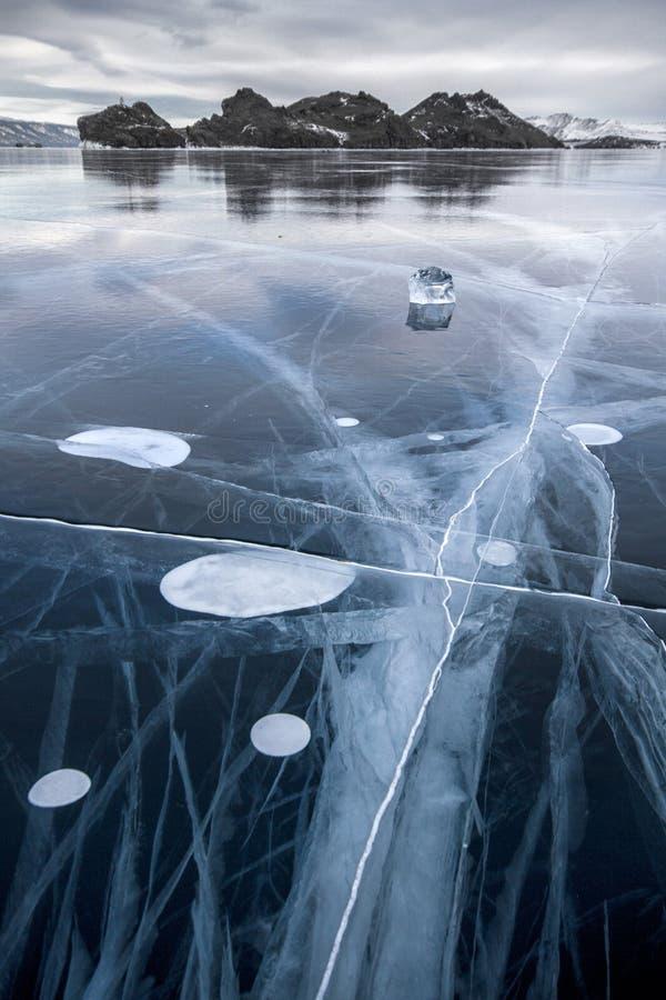 湖用冰厚实的层数盖 冰故事 非常突出从堆的石岩石冰下面 世界的Tcleanest湖 库存图片