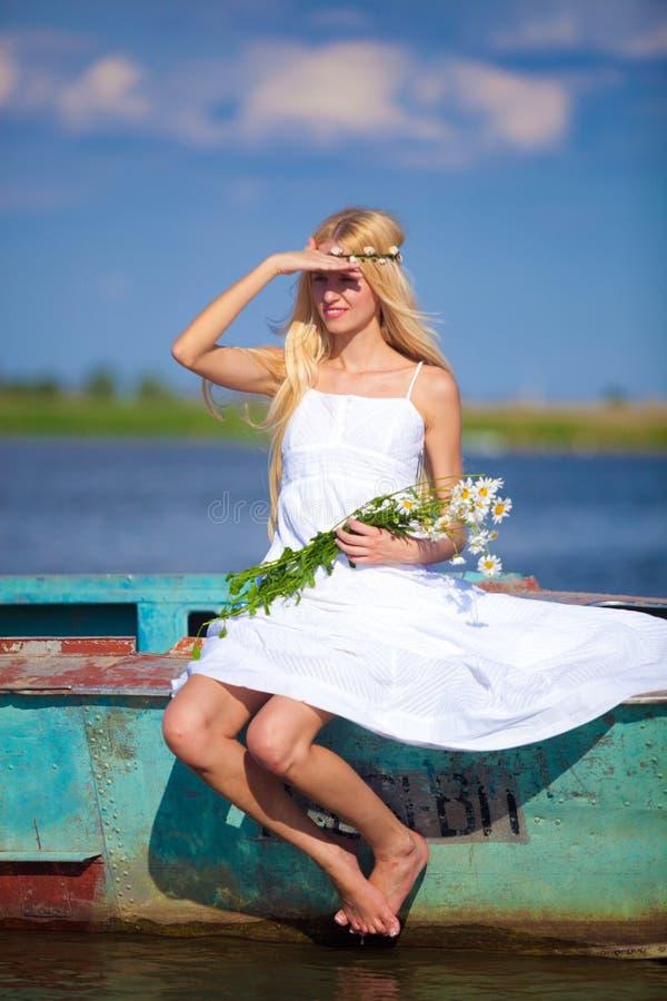 湖的一个年轻无辜的女孩 图库摄影