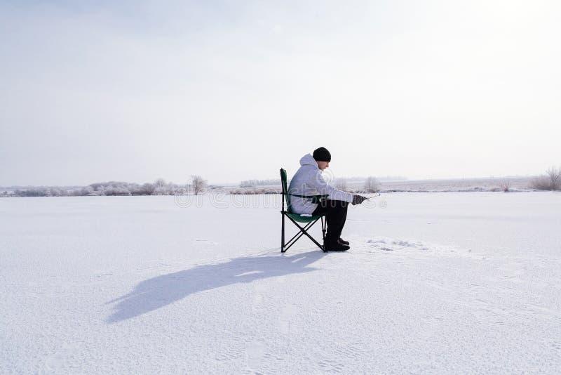 冻湖的冬天渔夫 免版税图库摄影