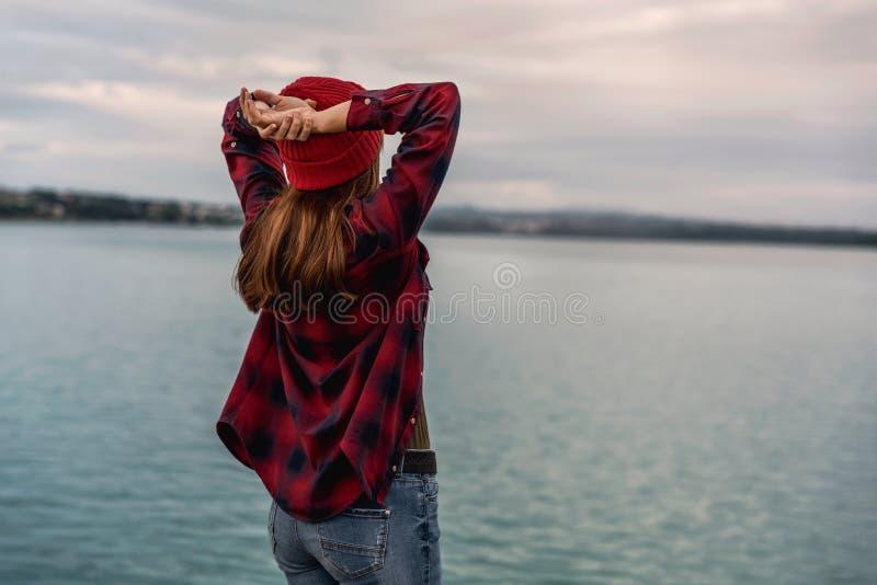 湖的女孩 免版税库存图片