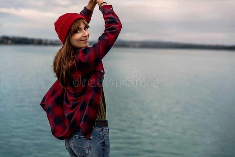 湖的女孩 免版税图库摄影