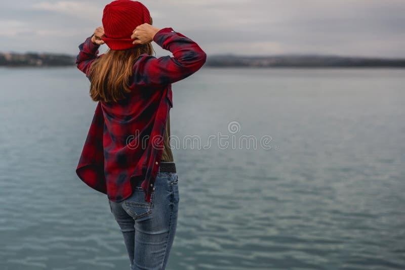 湖的女孩 库存图片
