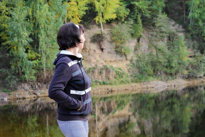 湖的女孩 图库摄影