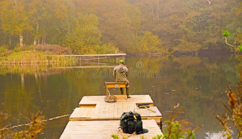 湖的孤零零渔夫 免版税库存照片