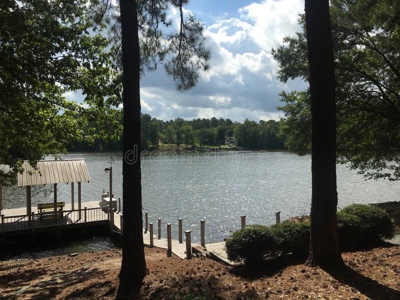 湖的小船码头 免版税库存照片