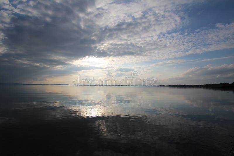 湖的无风光滑的表面的惊人的看法 免版税库存照片