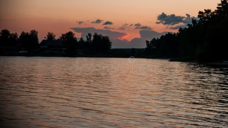 湖的晚上风景 免版税库存图片