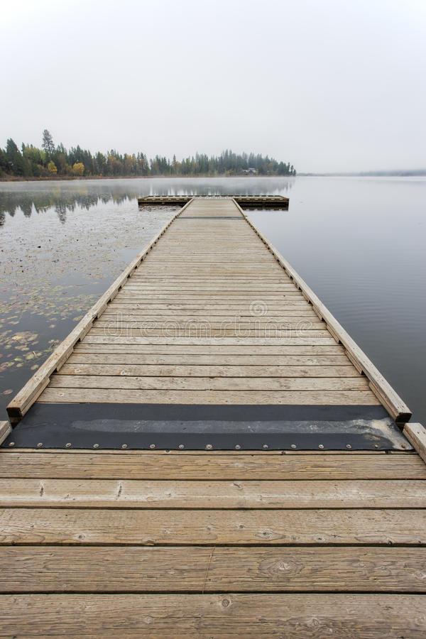 湖的木船坞。 免版税库存图片