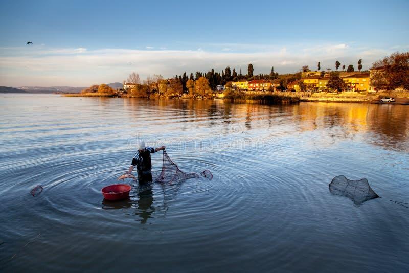 湖的渔夫 免版税库存照片