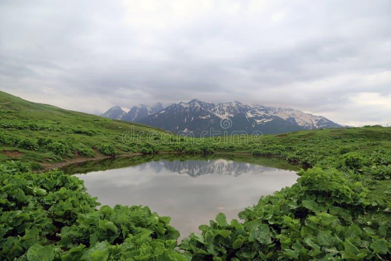 湖的看法在山谷 图库摄影