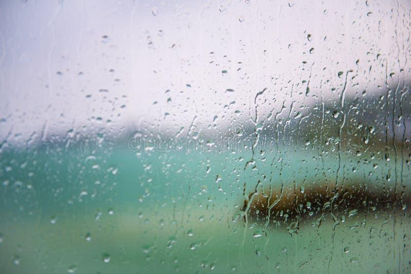 湖的看法通过与湿玻璃的一个窗口 免版税库存图片