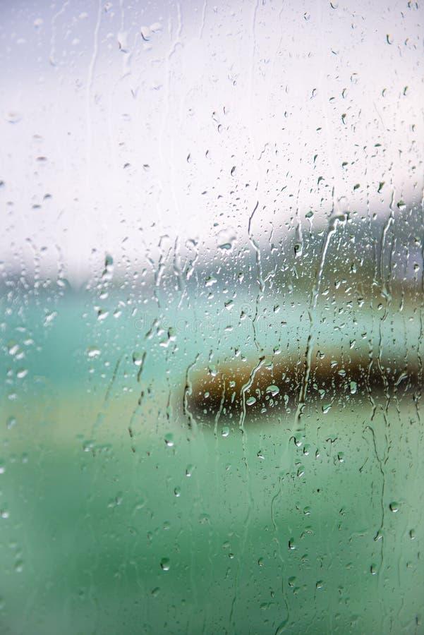 湖的看法通过与湿玻璃的一个窗口 免版税图库摄影