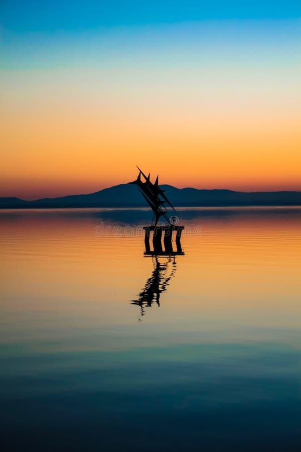 湖的纪念碑 免版税库存图片