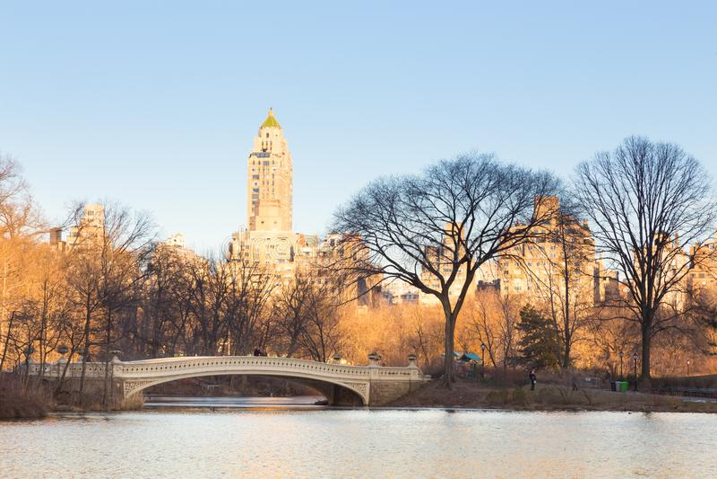 湖的纽约曼哈顿中央公园全景有弓桥梁的 免版税库存图片